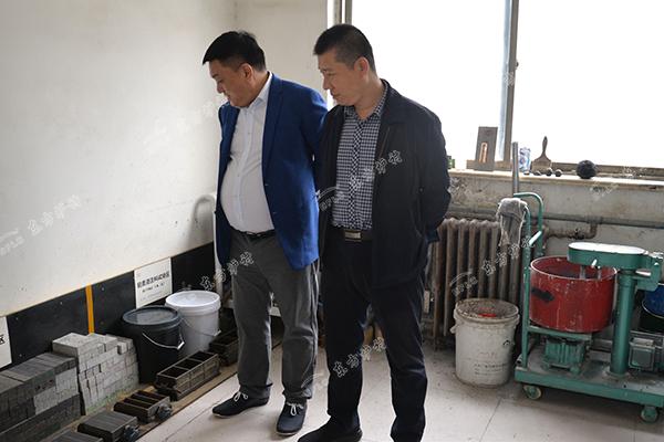 张董事长介绍东方炉衬试验设备